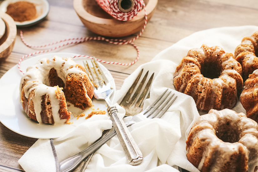 mini pumpkin bundt cakes5 overhead with forks, napkin