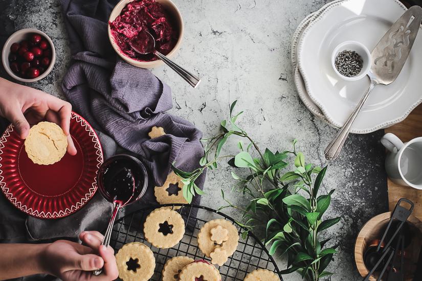 linzer cookies spreading jam