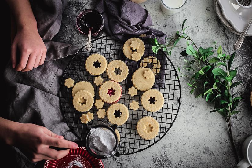 linzer cookies sprinkling sugar